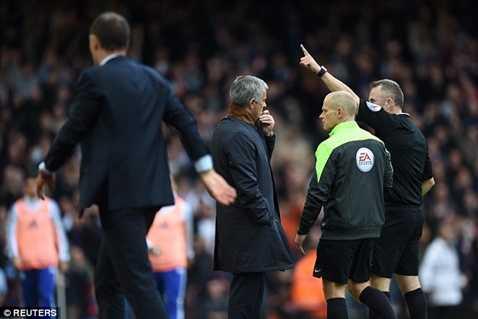 Mourinho bị đuổi lên khán đài trong trận thua West Ham