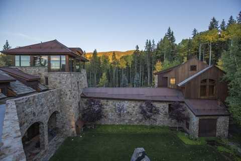 Căn biệt thự này nằm ở khu vực Mountain Village, gần Telluride, Hoa Kỳ. Nó thuộc khu đất rộng tới hơn 13.000m2
