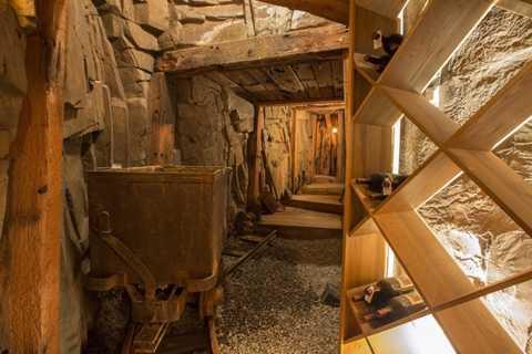Hầm rượu dài khoảng 20m và được cất giữ rất nhiều loại rượu vang quý hiếm