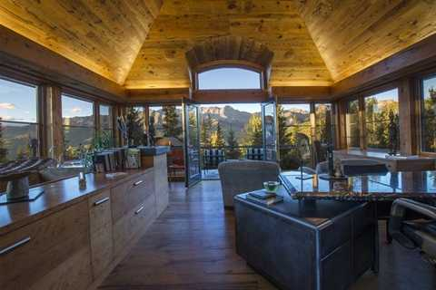 Từ nhiều vị trí trong nhà, chủ nhân có thể nhìn thấy cảnh quan núi rừng tuyệt vời