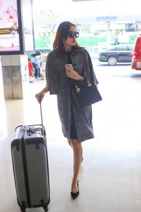 """Vẫn giữ cho mình gu thời trang thanh lịch, Đặng Thu Thảo lập tức thu hút mọi ánh nhìn ngay khi cô đặt chân đến sân bay. Người đẹp đeo túi xách Lady Dior gần 100 triệu đồng, trang điểm nhẹ nhàng, ăn mặc kín đáo nhưng vẫn toát lên vẻ quyến rũ của """"thần tiên tỷ tỷ""""."""