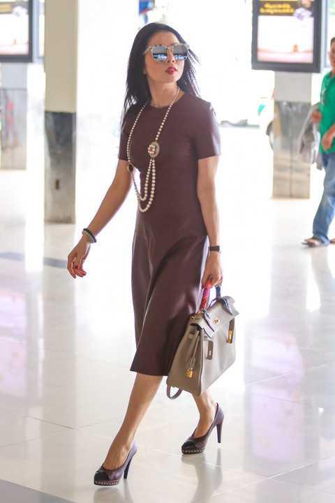 """Bà mẹ một con Lệ Quyên được nhiều hành khách đi cùng hỏi thăm và xin chụp hình cùng. Nữ ca sỹ """" Giấc mơ có thật"""" đeo túi Hermes Kelly có giá 300 triệu đồng. Đôi giày Chanel có giá 20 triệu càng tôn thêm sự sang trọng cho cô."""