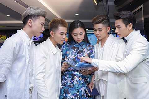 Ngô Thanh Vân cùng các học trò xem lại album mới của nhóm - sản phẩm mà cô và 365 đều dành nhiều tâm huyết cũng như công sức để thực hiện.