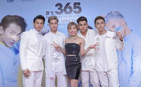 Nữ ca sĩ Trang Pháp đến chúc mừng nhóm 365.