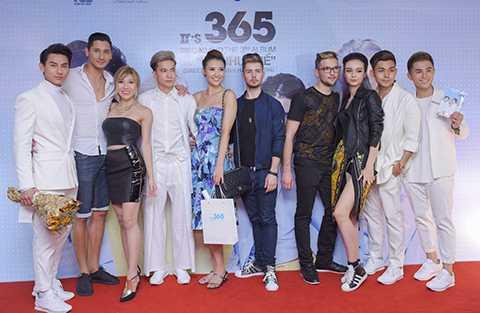 Tuy nhiên, nữ ca sĩ không đến một mình, cô đi cùng người đẹp Hồng Quế, ca sĩ Mlee và các thành viên cùng tham gia cuộc thi Bước nhảy hoàn vũ 2016. Năm nay, thành viên S.T 365 cũng sẽ góp mặt trong cuộc thi này.