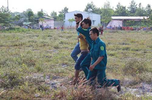 Các nghi phạm lợi dụng tình trạng chen lấn khi theo dõi phiên tòa để ra tay móc túi - Ảnh: Trác Rin