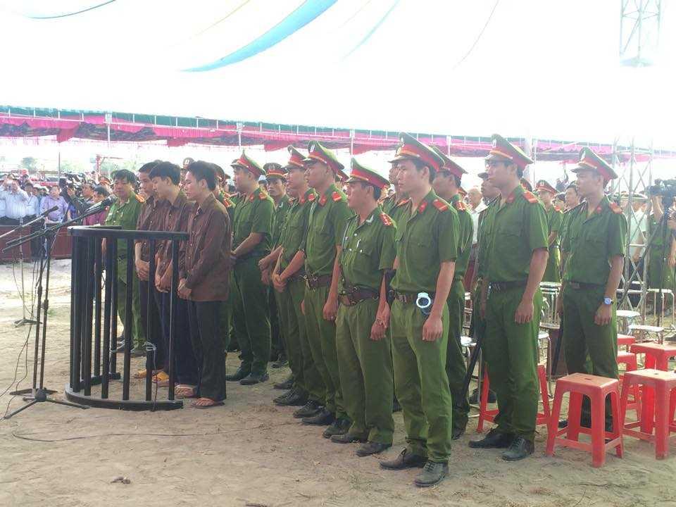 Tiến, Dương, Thoại (lần lượt từ trái qua) trước vành móng ngựa (Ảnh: Phan Cường)