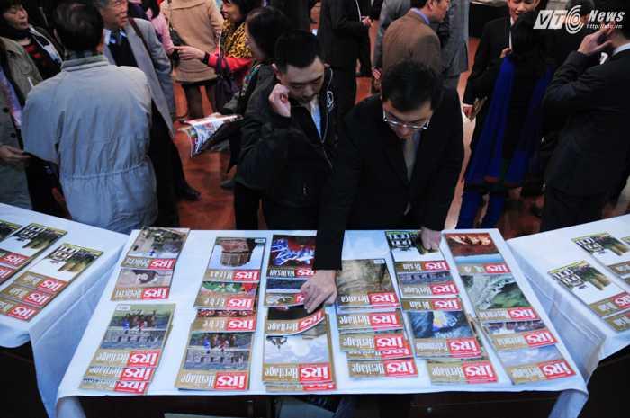Các độc giả Việt chăm chú theo dõi các ấn phẩm IRS - Ảnh: Tùng Đinh
