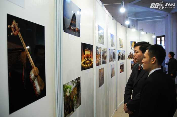 Khá giả Việt theo dõi hình ảnh các di sản Azerbaijan - Ảnh: Tùng Đinh