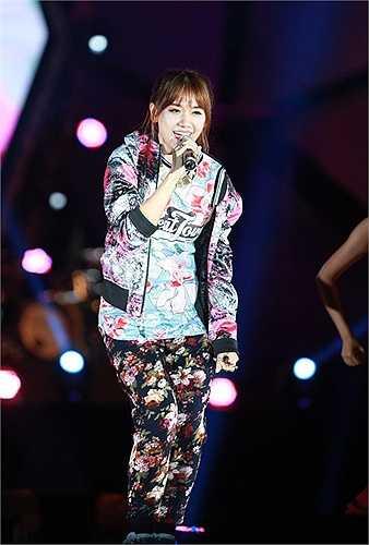 Bộ trang phục của Hari Won dày đặc chi tiết từ trên xuống dưới, thiếu điểm nhấn, phom dáng kém sang.