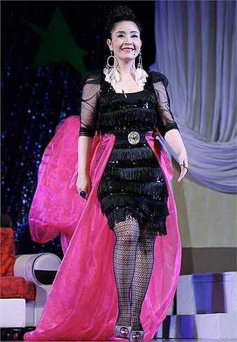 Diễn viên Kiều Oanh mắc lỗi trang phục rườm rà, tham chi tiết. Riêng bộ váy tua rua đã đủ nổi bật, được cô kết hợp không cần thiết với chân váy hồng bùng nhùng phía sau, khuyên tai lông vũ cồng kềnh. (Nguồn: VnExpress)