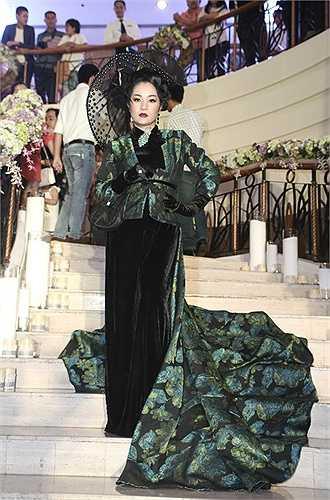 Thúy Nga thất bại trong việc theo đuổi thời trang hoài cổ của những thập niên trước. Thay vì toát lên vẻ quý tộc, bộ cánh bị chê là sến và rườm rà.