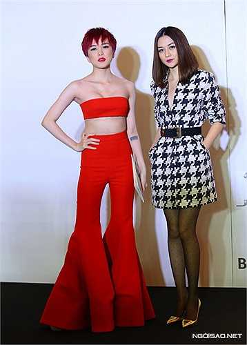 Thiều Bảo Trâm (trái) theo đuối mốt quần ống loe quá khổ nhưng thiết kế quần cắt cúp quá đà làm cơ thể nữ ca sĩ mất cân đối và trở nên quái dị.