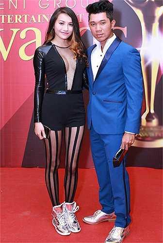Người đẹp thêm một lần mất điểm với phong cách này. Việc thêm chiếc tất kẻ sọc cùng đôi giày thể thao khiến bộ bodysuit giảm hẳn giá trị.