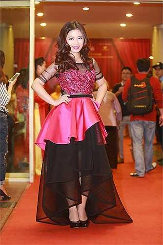 Thiết kế đầm dạ hội xếp lớp cồng kềnh dìm chiều cao vốn đã khiêm tốn của Dương Hoàng Yến.