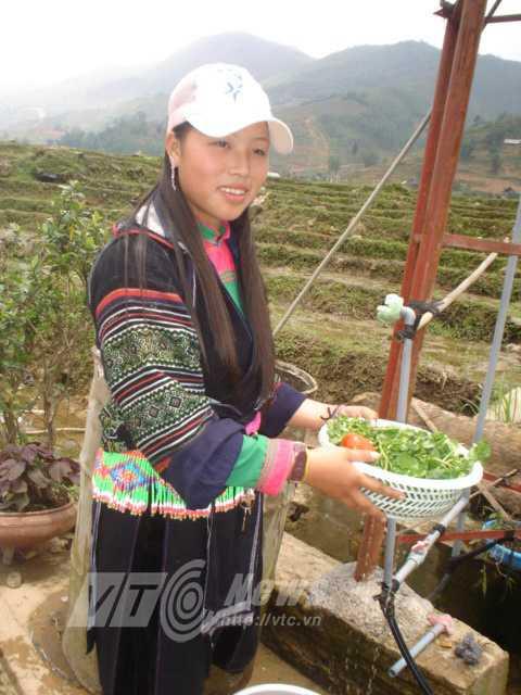 Một thiếu nữ Mông làm hướng dẫn viên