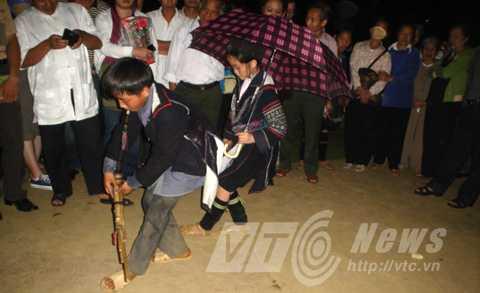 Trai, gái Mông biểu diễn ở chợ tình Sapa