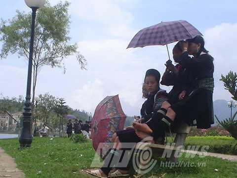 Các thiếu nữ Mông luôn hấp dẫn trai Tây