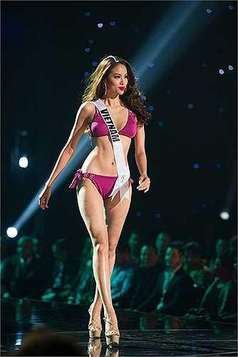 Đêm bán kết Hoa hậu Hoàn vũ (Miss Universe 2015) đã diễn ra tại Las Vegas, Mỹ. Trong đêm thi này, đại diện Việt Nam Phạm Hương và 80 đối thủ đã bước vào phần thi trình diễn bikini nóng bỏng.