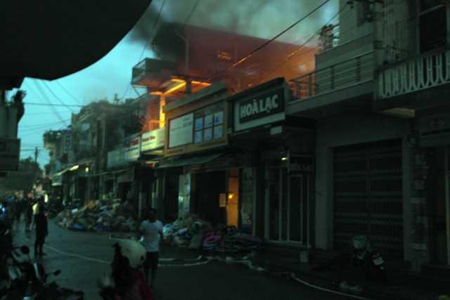 Ngọn lửa bùng phát từ phía sau nhà rồi lan nhanh ra toàn bộ căn nhà.