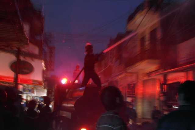 Lực lượng chức năng đang khống chế đám cháy.