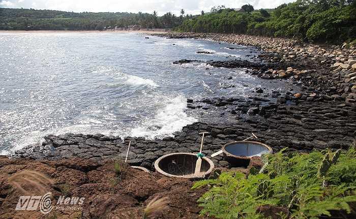 Gềnh Đá Dĩa là một tập hợp các trụ đá hình lăng trụ xếp liền nhau, hòn nọ nối hòn kia.