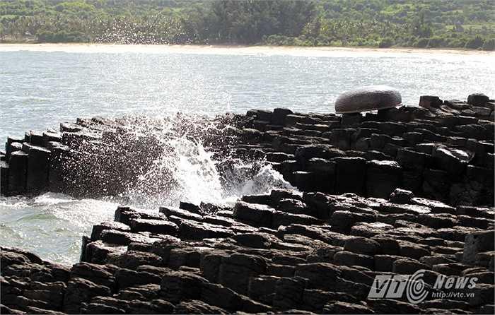 Trên thế giới cũng có những danh thắng Ghềnh Đá Đĩa nổi tiếng như bờ biển Đông Bắc Ireland với núi đá Giant's Causeway, ghềnh đá Órganos ở đảo La Gomera nổi tiếng của Tây Ban Nha...