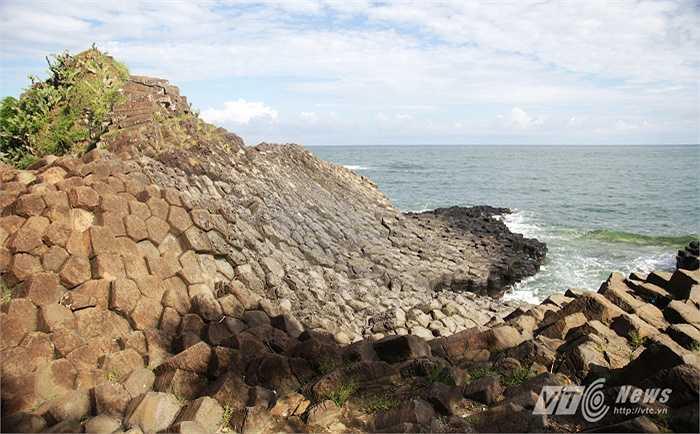 Hay trong hang động Fingal ở đảo Staffa, Scotland và khu vực châu Á còn có ở đảo JeJu của Hàn Quốc.