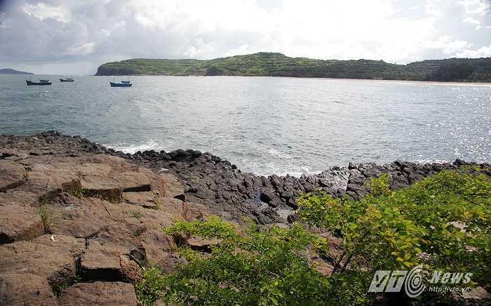 Bãi đá trải rộng san sát nhau chung màu đen huyền bí.