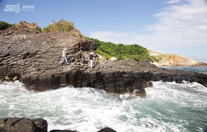 Cách đây hàng triệu năm, những dòng nham thạch nóng chảy đã gặp nước biển lạnh, sau đó bị đông cứng lại và rạn nứt, tạo thành những cột dựng đứng hoặc xiên.