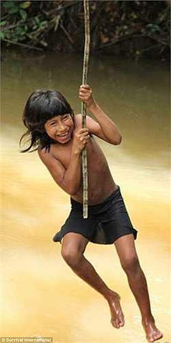 Trốn tránh sự nguy hiểm từ thế giới hiện đại nhưng bộ tộc cổ đại này vẫn phải chịu mối đe dọa từ những ngọn lửa trong cơn thịnh nộ của rừng Amazon