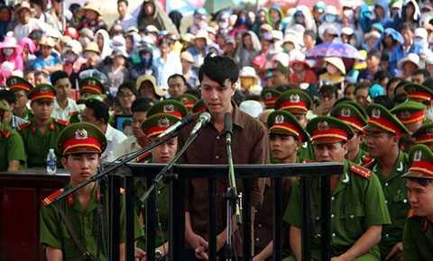 Được mời lên thẩm vấn đầu tiên, Dương ngập ngừng một lúc rồi trả lời khá rành mạch các tình tiết, kế hoạch giết 6 người trong gia đình ông Lê Văn Mỹ.