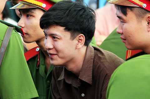 Trong lúc tòa nghị án, Dương không nói chuyện với ai nhưng bất ngờ nở nụ cười rất tươi hiếm hoi và cũng là duy nhất trong ngày bị đưa ra xử.