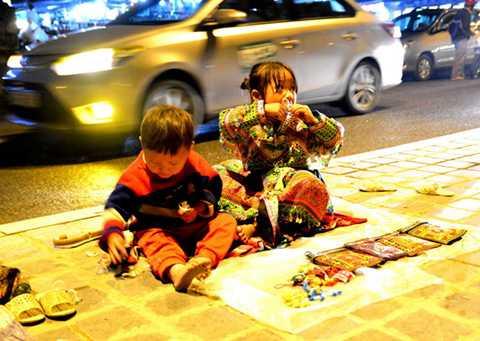 Hai em nhỏ bán hàng trong giá rét. Ảnh: Phạm Tô Chiêm