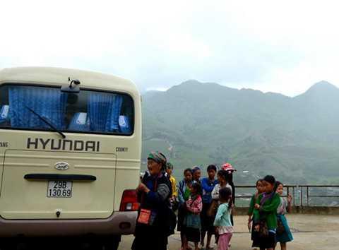 Trẻ em ở bãi đá cổ Hầu Thào chờ khách. Ảnh: Phạm Tô Chiêm