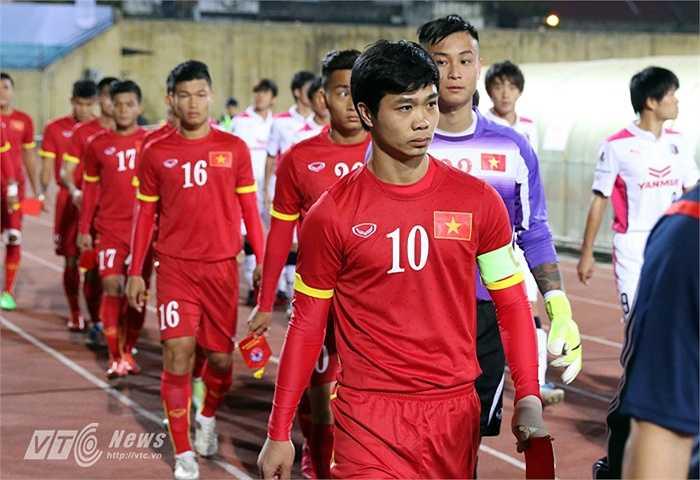 Sau khi cùng HLV Miura tới dự buổi họp báo trước trận, Công Phượng chính thức ra mắt U23 Việt Nam với chiếc băng thủ quân. (Ảnh: Quang Minh)