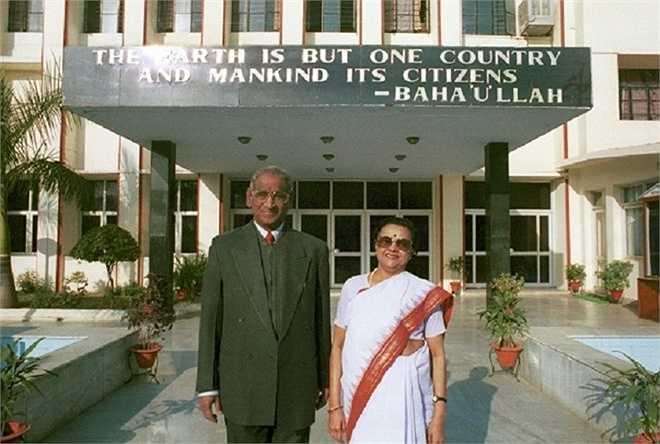 Hai nhà đồng sáng lập CMS Jagdish Gandhi và Bharti Gandh chụp ảnh lưu niệm trước tòa nhà chính tại cơ sở Gomti Nagar. Đằng sau họ là câu nói nổi tiếng của Bahá'u'lláh, cha đẻ của đạo Bahá'í: 'The Earth is but one country and mankind its citizens' (Trái đất là một quốc gia với công dân là toàn thể nhân loại). Vì thế, trường City Montessori rất chú trọng công tác bảo vệ môi trường. Ảnh: Bahainews.