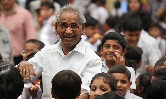 Không chỉ giảng dạy kiến thức, trường còn đặc biệt chú trọng giáo dục đạo đức cho học sinh. Tiến sĩ Gandhi muốn tất cả các em trung thành với trường, cố gắng học tập, rèn luyện nhằm trở thành một người vừa có tài vừa có đức, đáp ứng các yêu cầu của xã hội. Ảnh: Cmseducation.