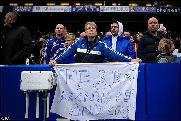 Fan Chelsea chỉ mặt điểm tên những ngôi sao của Chelsea phản bội Mourinho. Họ gọi Hazard, Diego Costa, Hazard là lũ chuột cống.