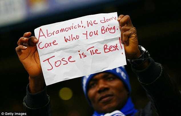 Thông điệp từ fan Chelsea: 'Abramovich, chúng tôi không quan tâm ông mang về ai nữa. Mourinho là tốt nhất'.