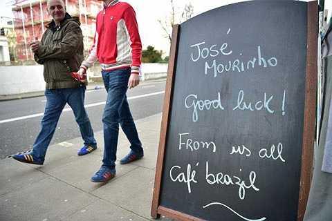 CĐV Chelsea có nhiều cách để ủng hộ Mourinho. Những lời cảm ơn Mourinho được viết lên ở bảng menu của một quán cafe London