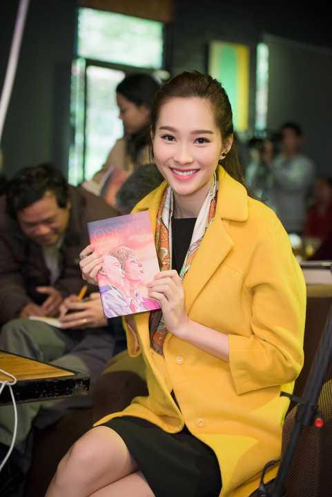 Cô tiếp tục làm xiêu lòng những khán giả có mặt ở buổi họp báo với nụ cười tươi tắn và sự hòa nhã, thân thiện của mình.