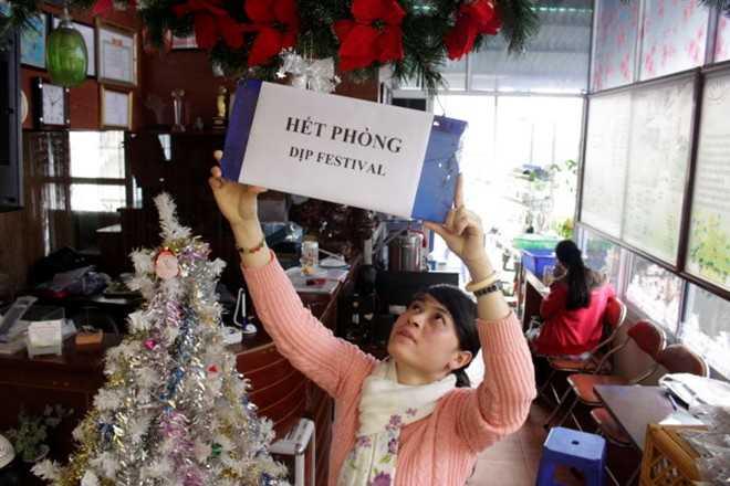 Nhân viên khách sạn Sương Mai (đường Trần Hưng Đạo) treo bảng thông báo hết phòng vào các ngày Festival hoa Đà Lạt. Đây là một trong số ít những khách sạn không tăng giá, Ảnh: C.Thành