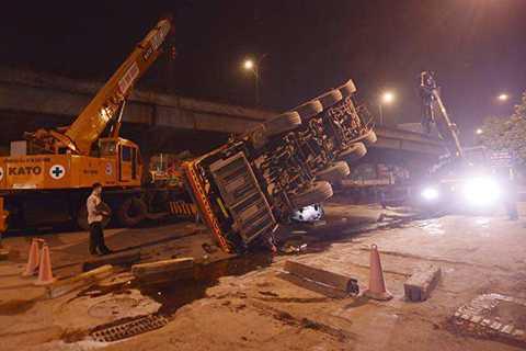 Chiếc xe cẩu cỡ lớn đổ sập chắn ngang đường Nguyễn Xiển