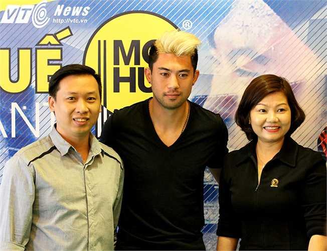Lee Nguyễn cởi mở chụp hình với người hâm mộ. Có hơn 100 khách mời tham dự buổi gặp mặt này