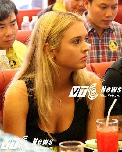Lần đầu tiếp xúc với truyền thông Việt Nam, Janell tỏ ra khá rụt rè