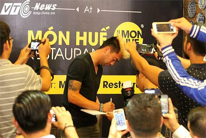 Lee Nguyễn kí tặng một fan nhí