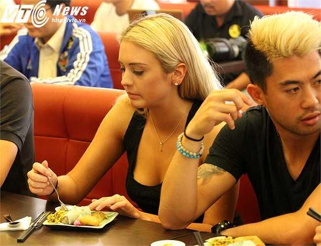 Cô gái tóc vàng vẫn phải dùng muỗng và nĩa, khá khó khăn với các món ăn Việt Nam