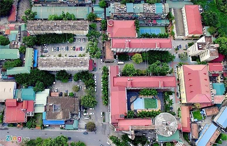 Khách sạn này tọa lạc trên khu đất 3,5 ha nằm trên đường Đào Duy Anh (quận Đống Đa) với thời hạn thuê 50 năm kể từ năm 1993, tiền thuê đất được trả hàng năm. Tiền thân của khách sạn Kim Liên là khách sạn Bạch Mai được thành lập năm 1961. Khách sạn hiện có 9 toà nhà, 437 phòng và 5 nhà hàng.