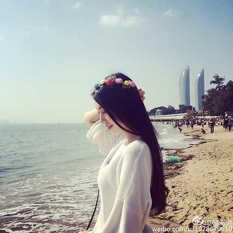 Nữ sinh xinh đẹp thả hồn trước biển.